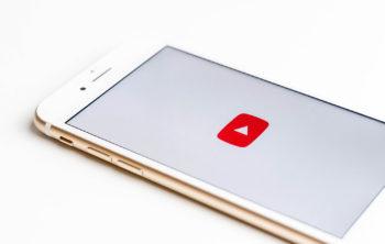 YouTube-Logo auf Smartphone-Bildschirm