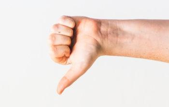 Eine Hand zeigt Daumen nach unten